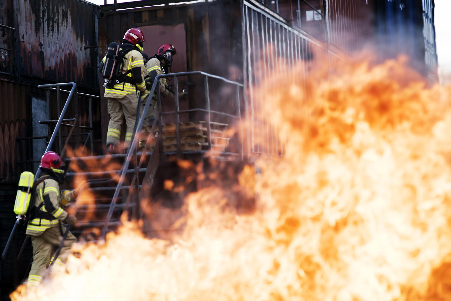Brannmenn med røydykkerutstyr mens det branner