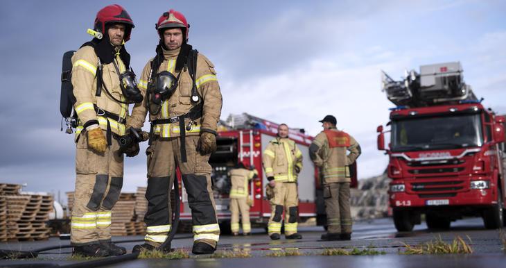 Brannmenn og brannbiler på åsted