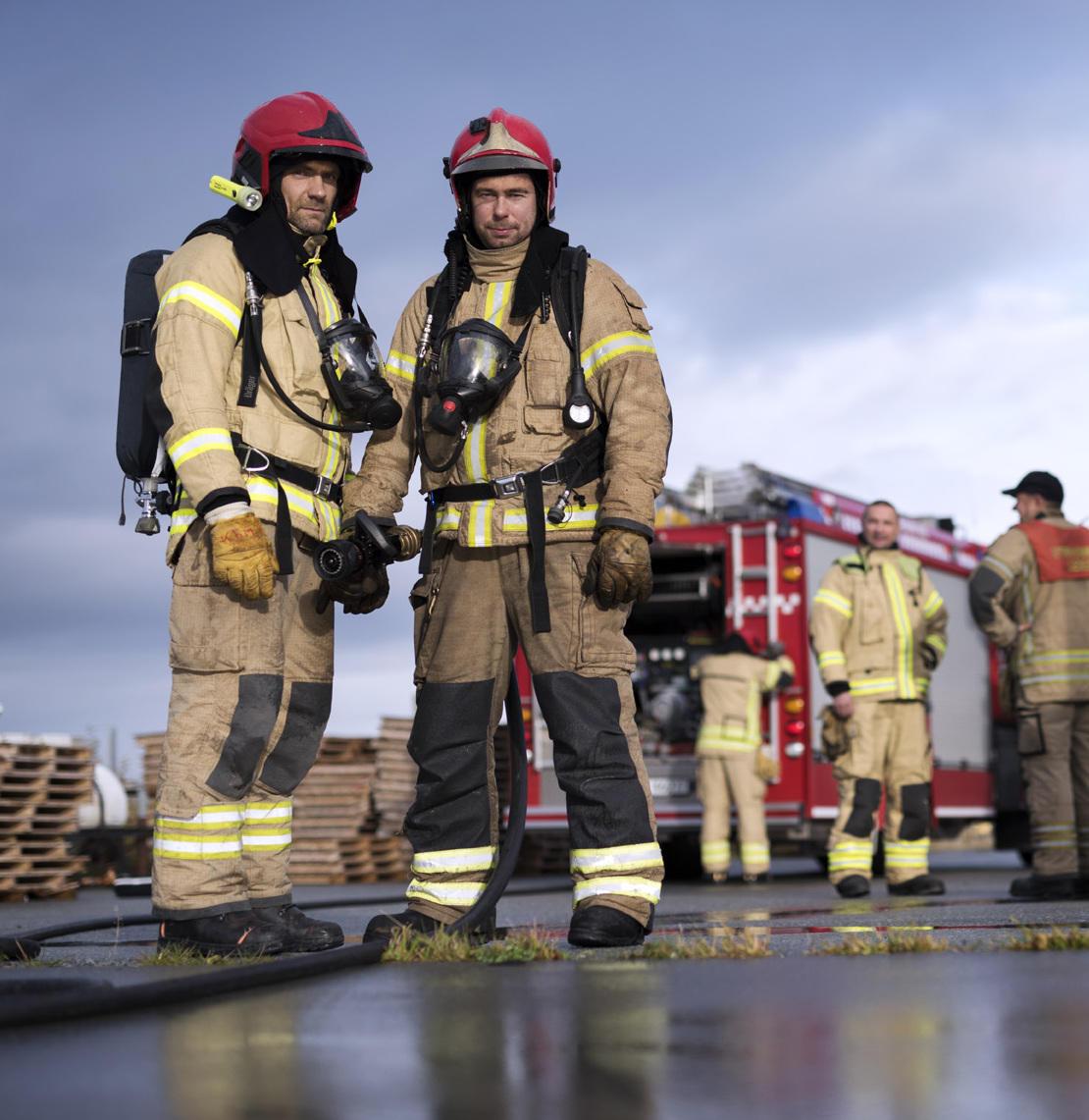 brannmenn i fullt utstyr