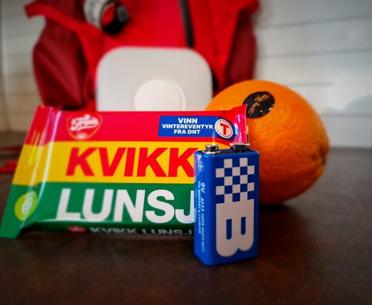 Kvikklunsj, appelsin og batteri