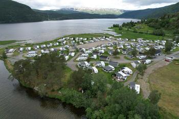 Campingplass ved en fjord