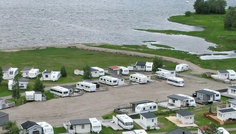 Campingvogner på campingplass